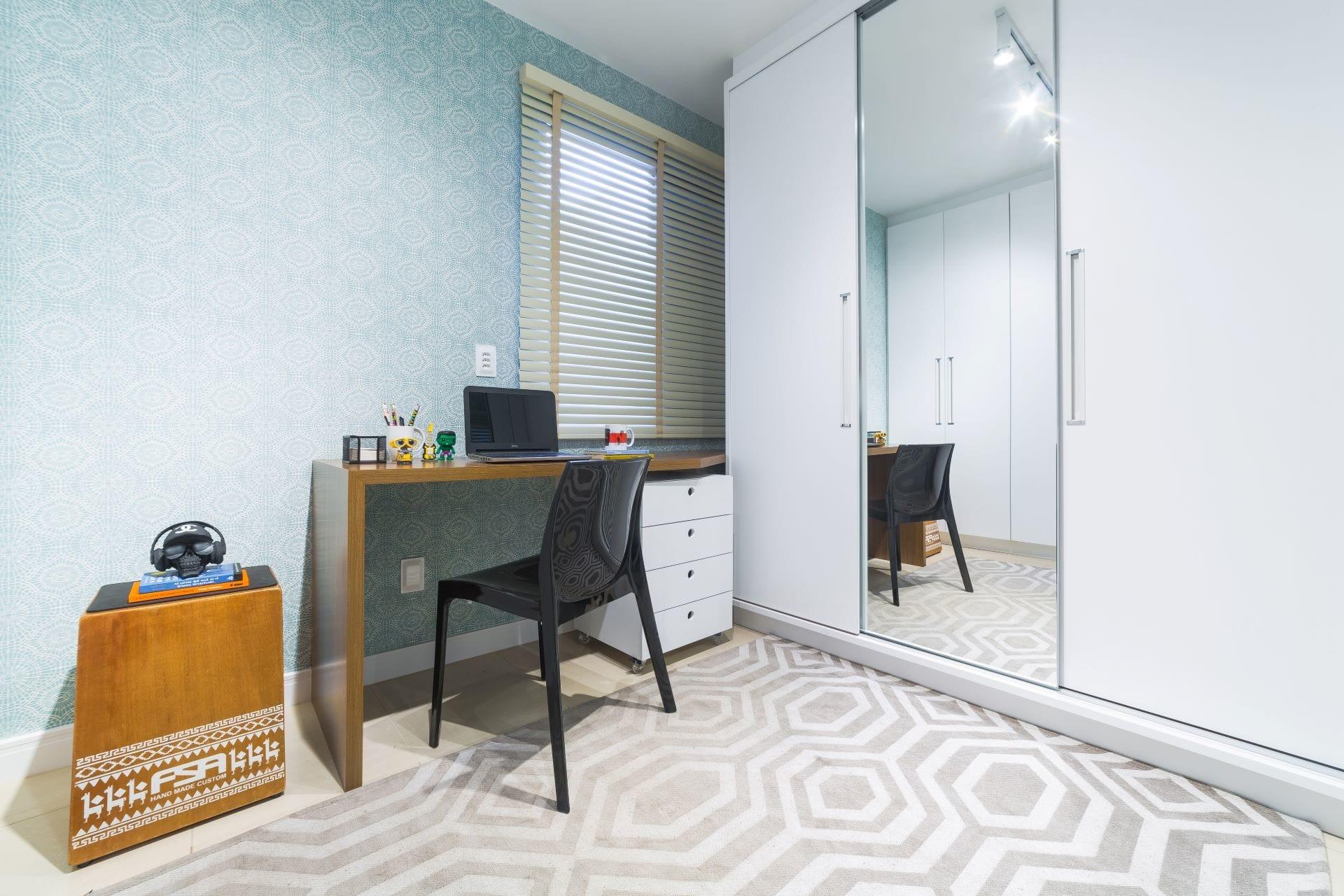 O tecido de parede traz textura e aconchego para o ambiente, além de ser muito simples de aplicar. Projeto: Arquiteca Projetos. Foto: Renato Mafra.