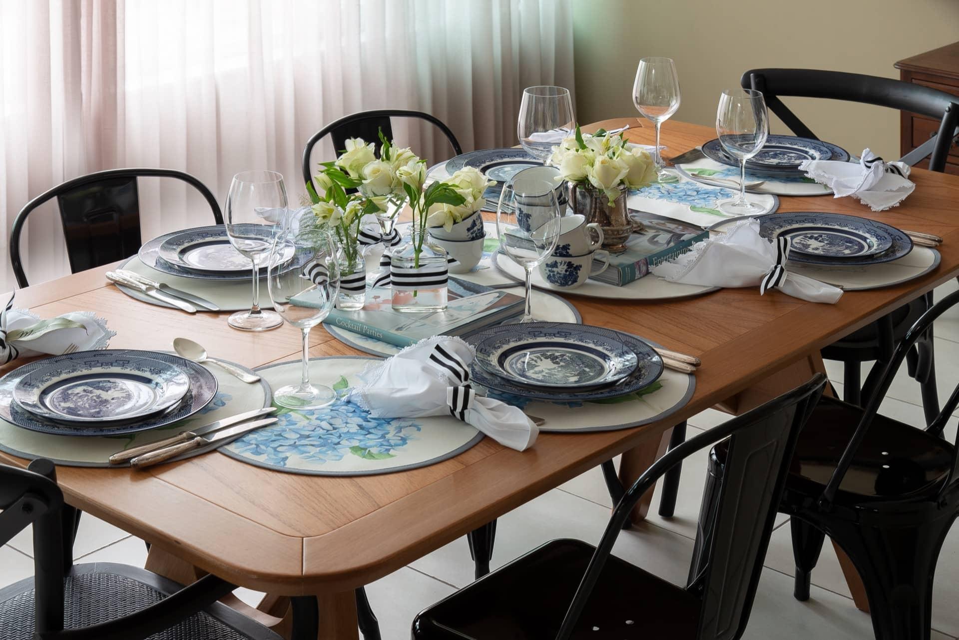 Imagem: Elementos tradicionais e modernos se misturam na mesa do almoço de Dia das Mães. As louças, com estilo chinoiserie, contrastam com as cadeiras de metal que têm design contemporâneo. E em vez de uma toalha de mesa, que deixa o ambiente mais formal, escolhemos um jogo americano com motivo de flores, da Conceito Roupa de Casa.Foto:Cacá Bratke