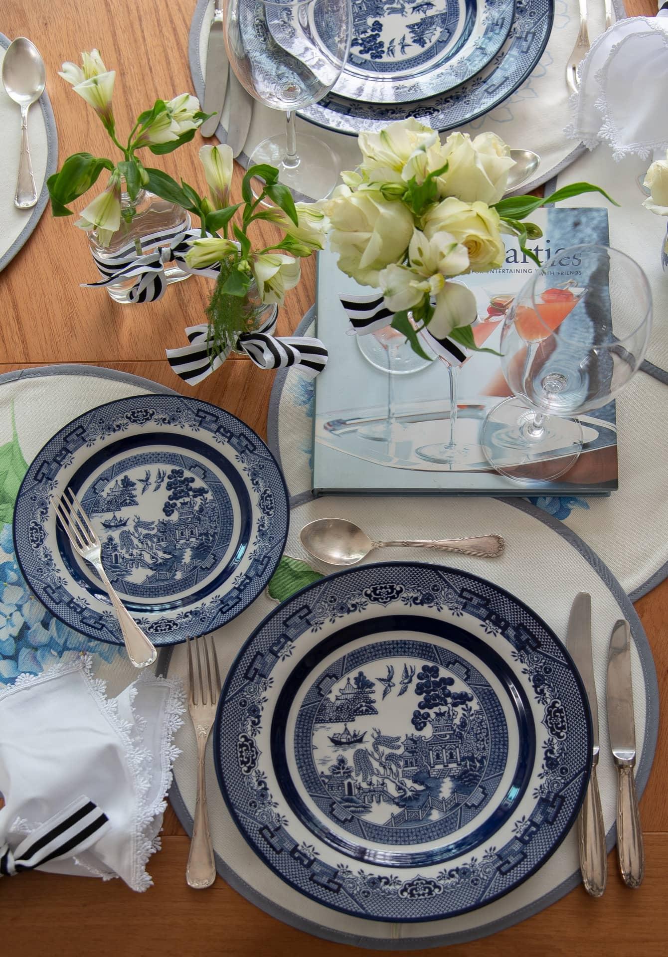 Imagem: Aqui, você confere os detalhes da famosa louça Blue Willow, da Oxford. Salgueiros, pagodes, barcos, pinheiros e pássaros aparecem em desenhos detalhados, em tons de azul e branco, como manda a tradição chinesa. As taças são daOxford Alumina Crystal. Foto:Cacá Bratke