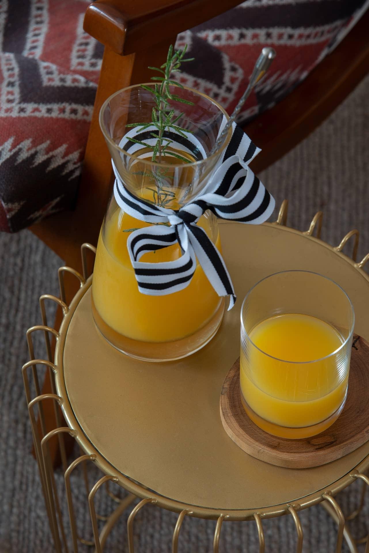 Imagem: Na mesinha de apoio da Mart Collection, a jarra de suco também aparece com laço de fita. Foto: Cacá Bratke