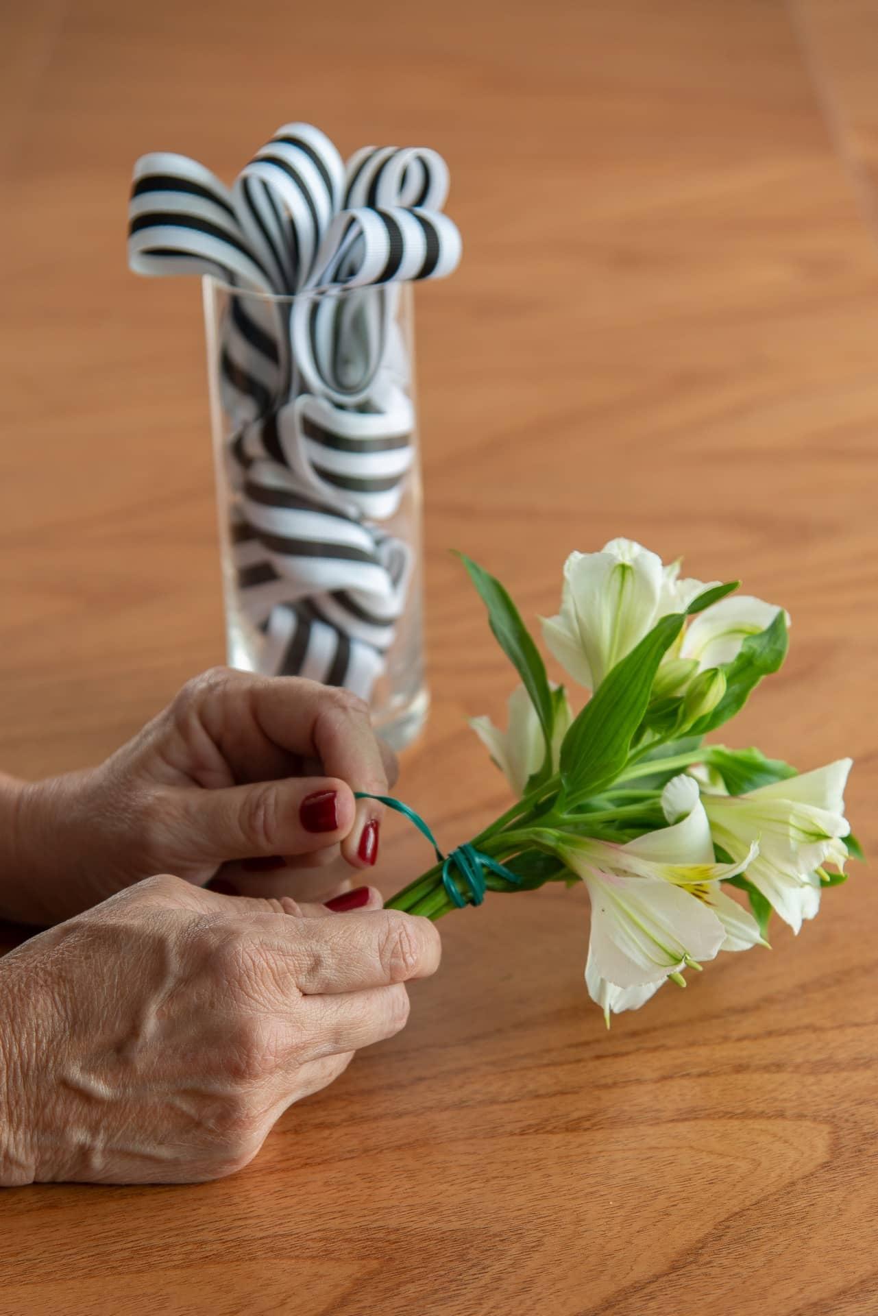 Passo 4: faça um buquê pequeno e amarre com barbante ou arame floral. Lembre-se de cortar as hastes das flores de acordo com a altura do copo. Foto: Cacá Bratke