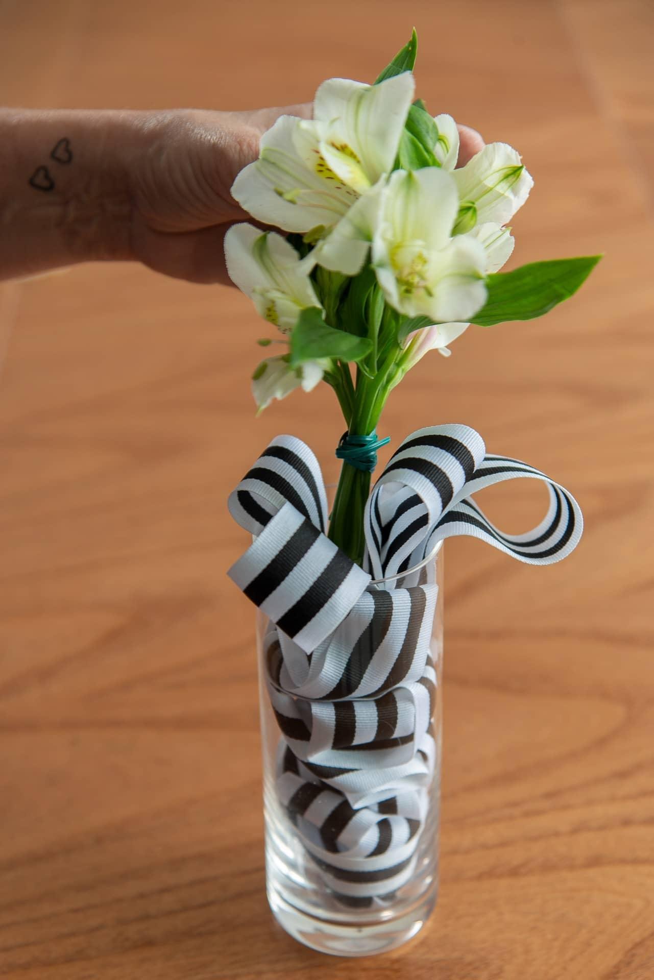 Passo 5: coloque o buquê no meio da fita. Se você tiver um tubete de plástico (similar a um tubo de ensaio) coloque o buquê dentro do tubo, com um pouco e água, e esconda no meio da fita. Foto: Cacá Bratke