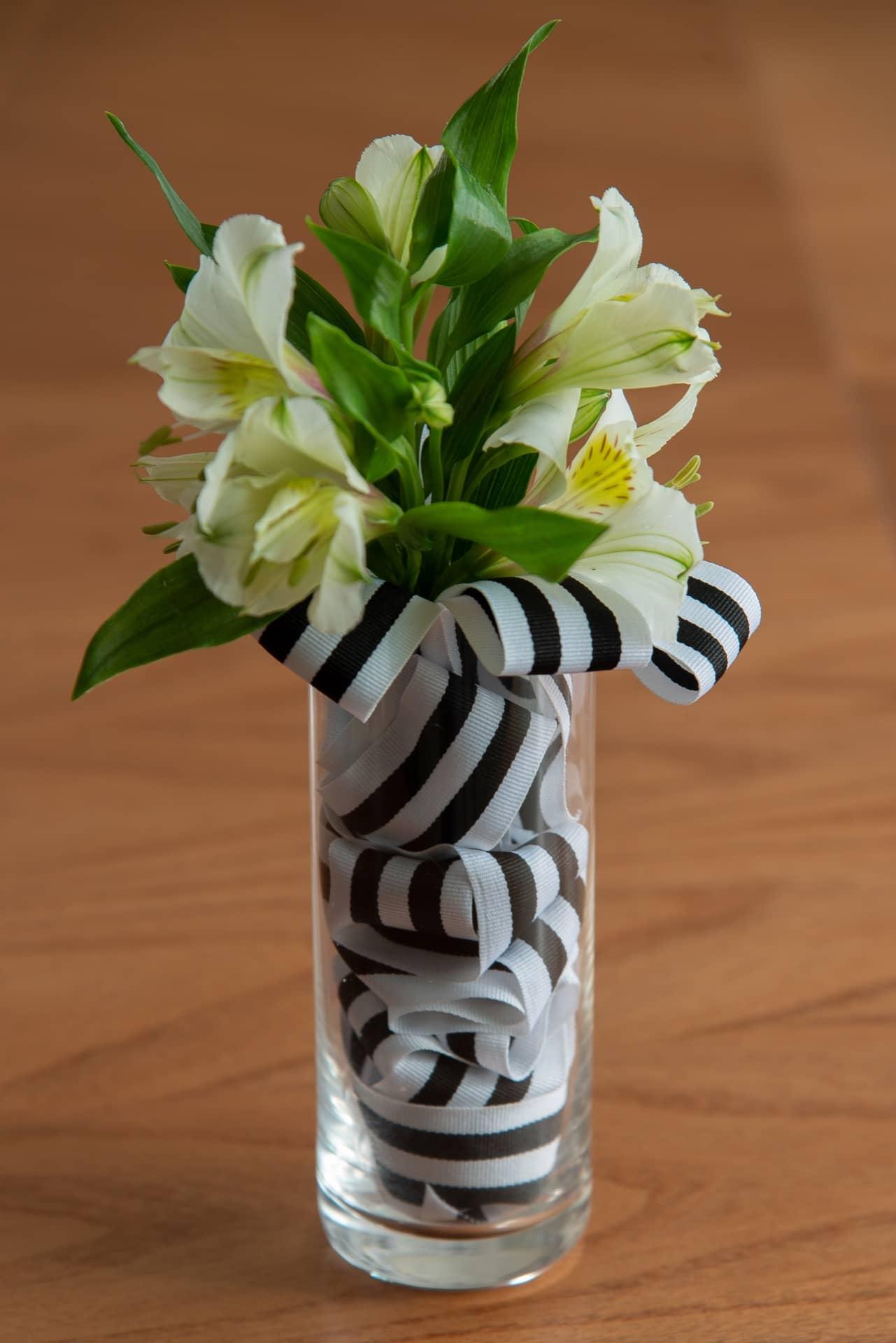 O arranjo de flores naturais está pronto! Aqui, usamos hastes de alstroemérias, mas você pode usar rosas, lisianthus, ou outras flores de sua preferência Foto: Cacá Bratke