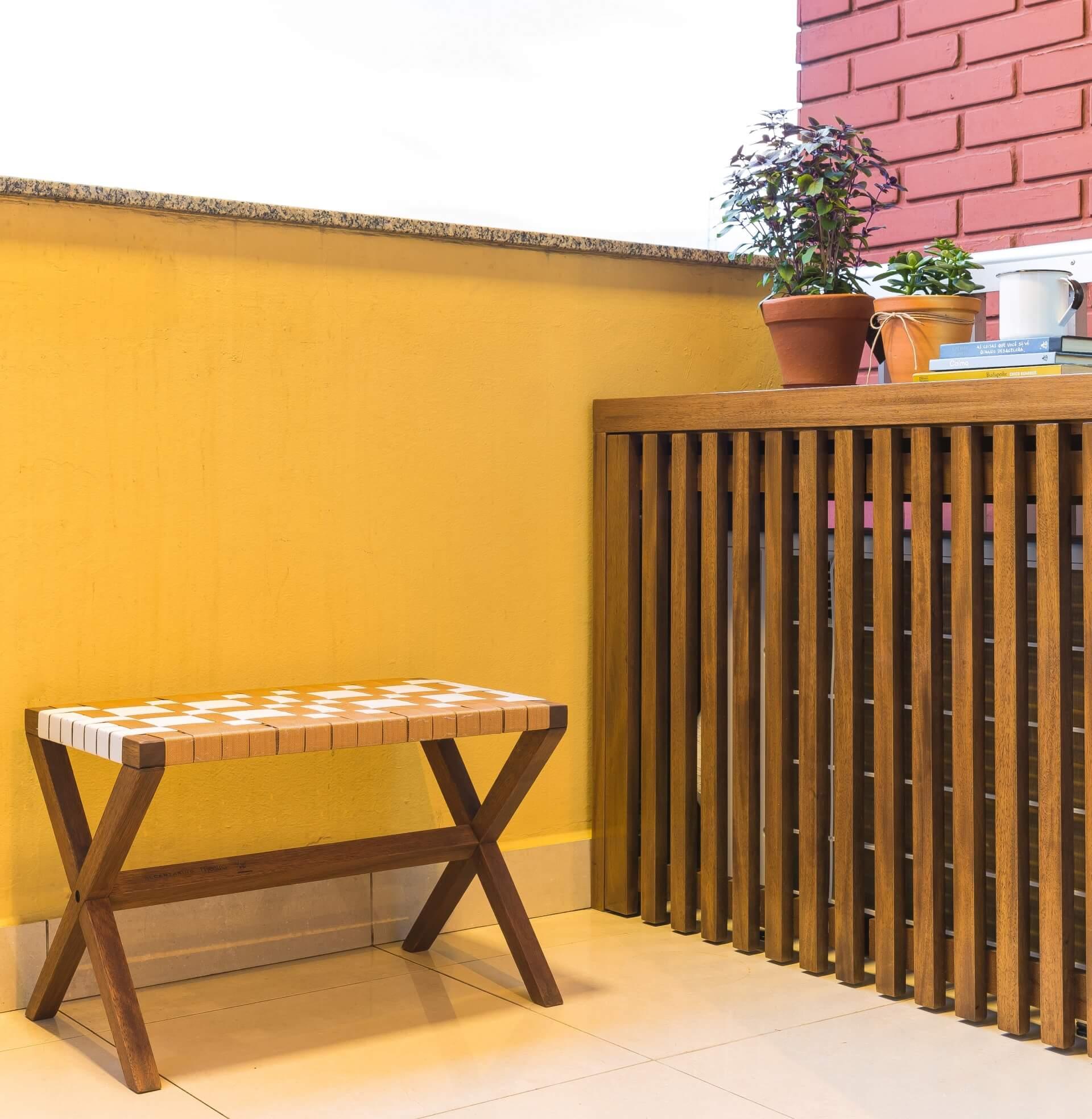 Nesse apartamento, a bancada serviu também como apoio para a mini hortinha. Projeto: Arquiteca Projetos Afetivos.