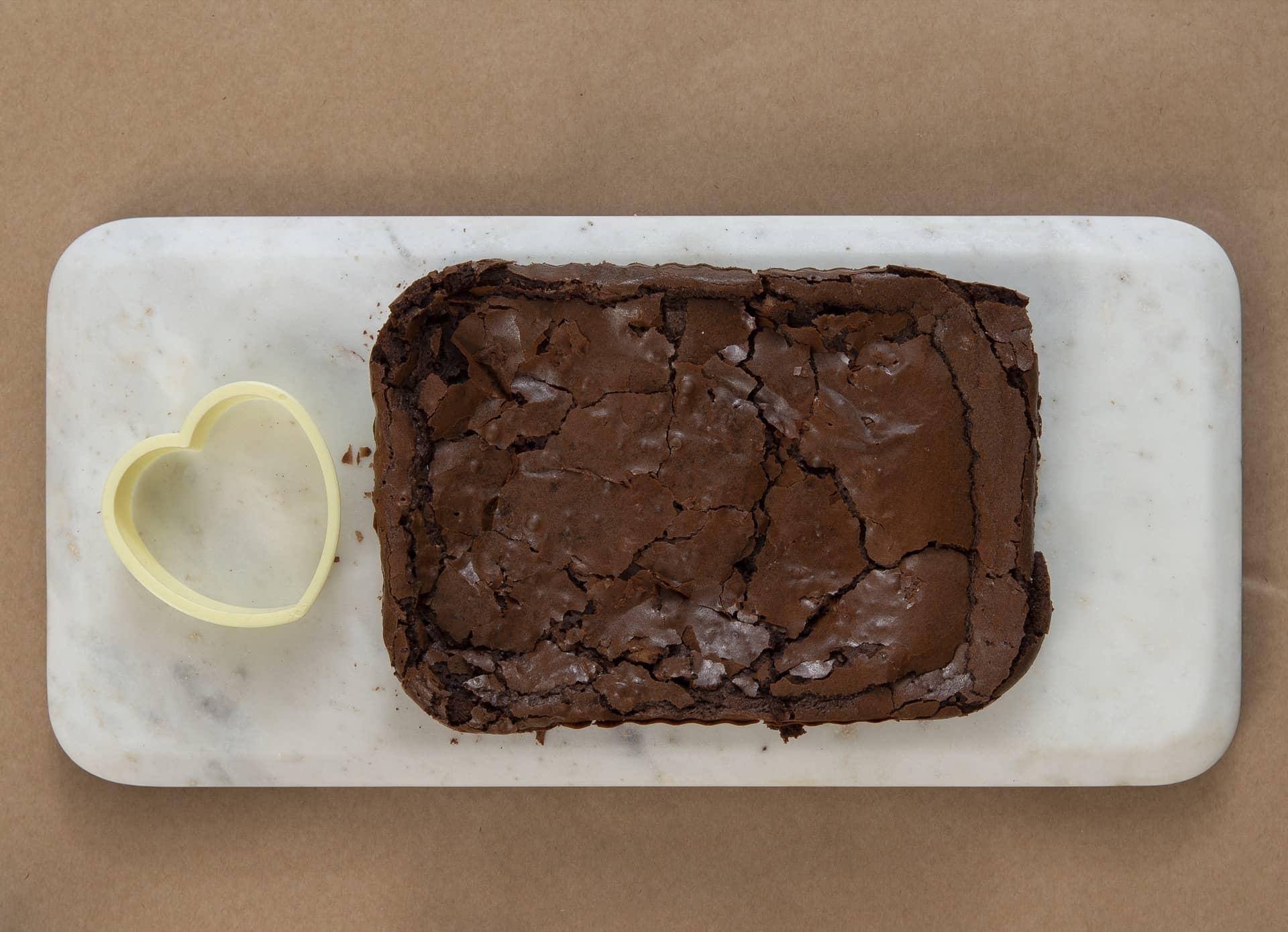 Passo 1: coloque o brownie numa superfície plana, como esta tábua de mármore da Oxford, ideal para servir docinhos e aperitivos. Foto: Cacá Bratke