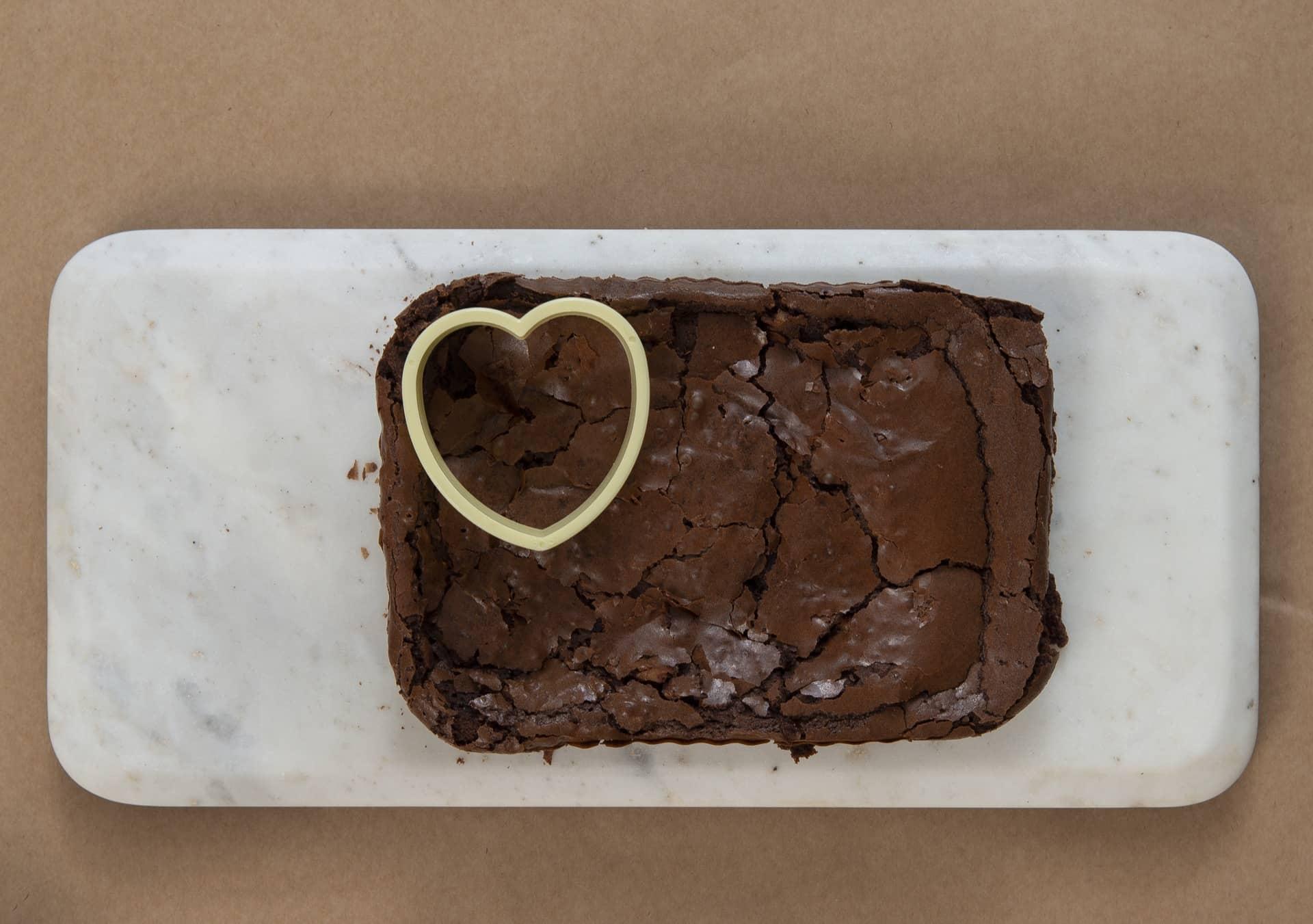 Passo 2: posicione o cortador de biscoitos na extremidade do brownie e pressione com cuidado até o final. Foto: Cacá Bratke