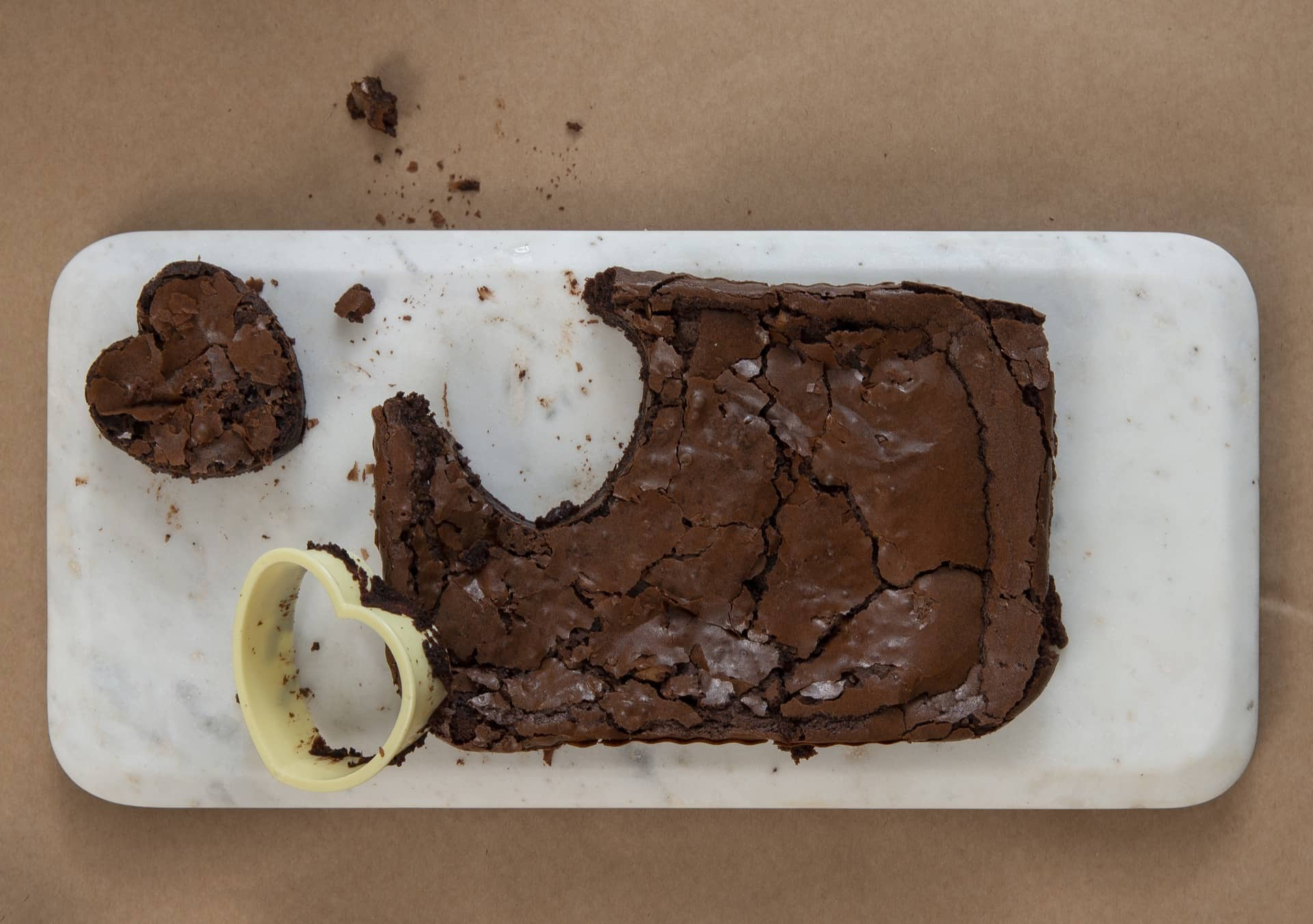 Passo 3: retire o brownie recortado, limpe o cortador e faça os outros corações. Foto: Cacá Bratke