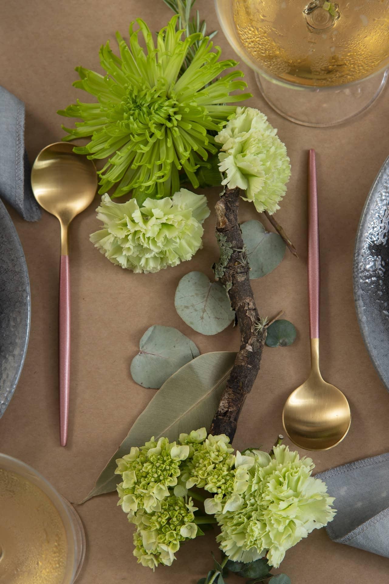 Um galho e algumas flores e folhas verdes, formam o centro de mesa. Um arranjo simples, mas muito charmoso para o Dia dos Namorados 2020. Foto: Cacá Bratke