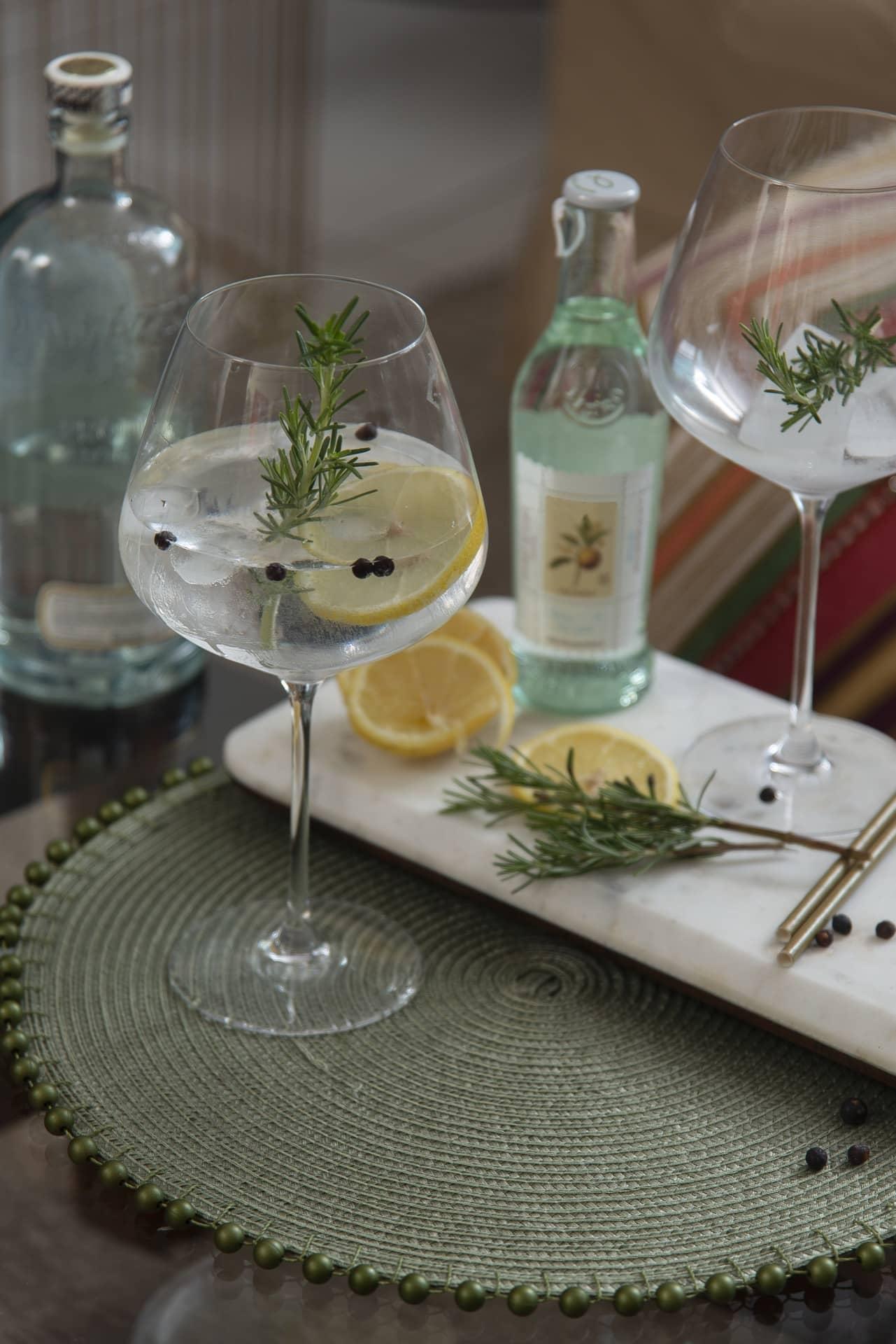 Para começar a celebração, o gin tônica é uma ótima pedida. Aqui, ele é temperado com um grãos de pimenta do reino, rodelas de limão siciliano e ramos de alecrim. Os ingredientes são dispostos numa tábua de mármore da Oxford. Foto: Cacá Bratke