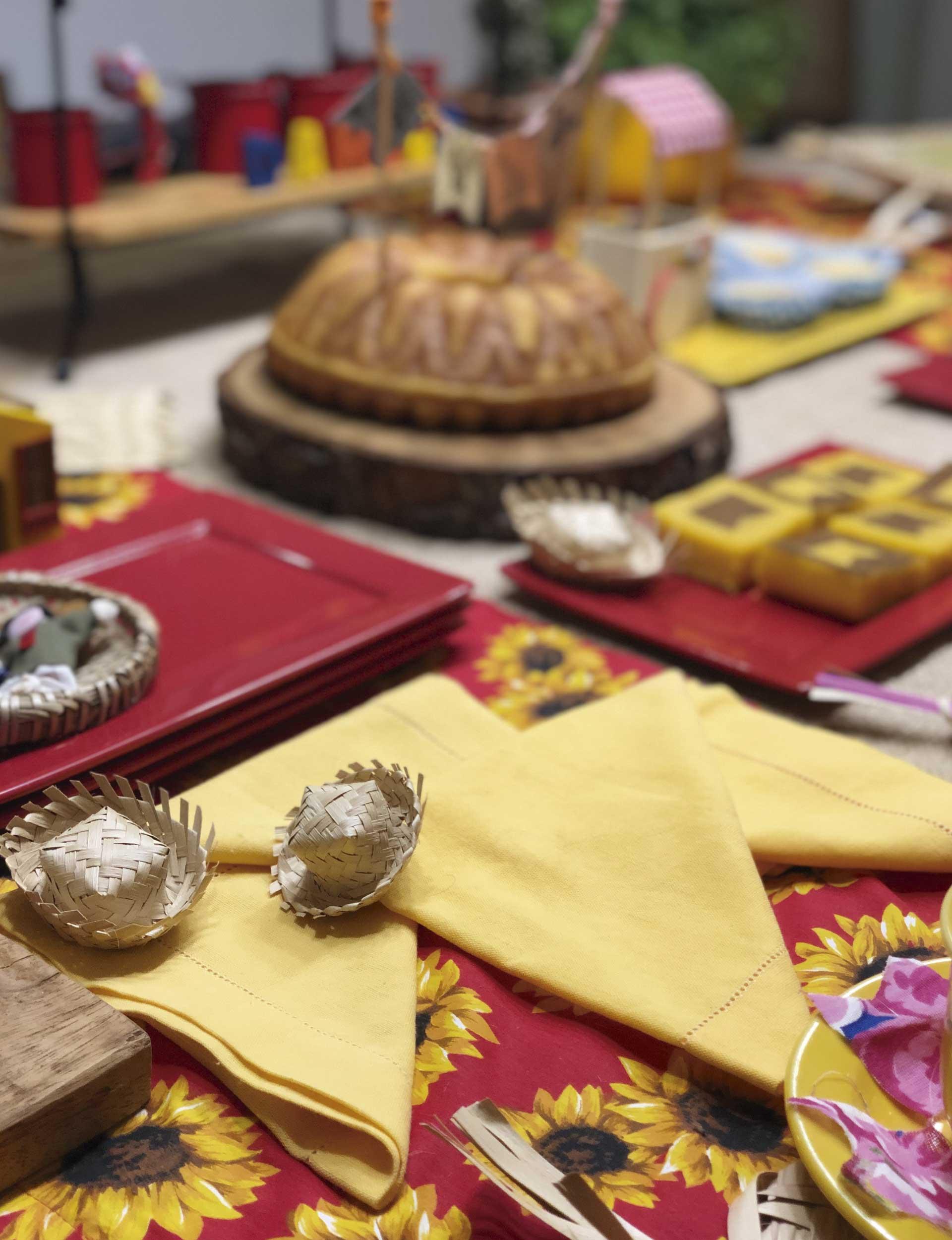 Texto: Os guardanapos dobrados em formato de bandeirinhas garantem uma mesa ainda mais alegre para as festas juninas. Foto: Isabela Azevedo.