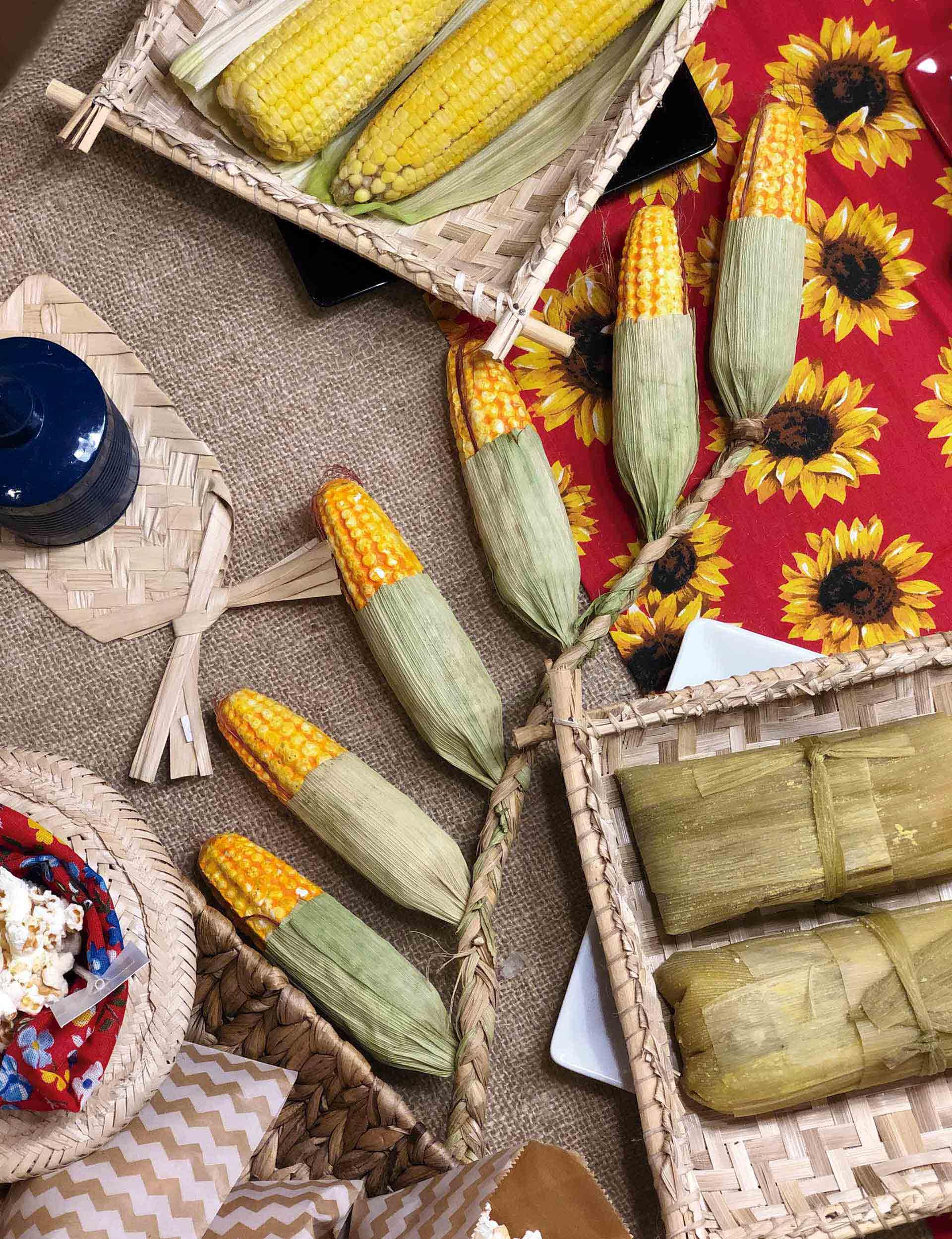 Texto: Espigas de milho conferem um charme na decoração para mesas de festas juninas. Foto: Isabela Azevedo.