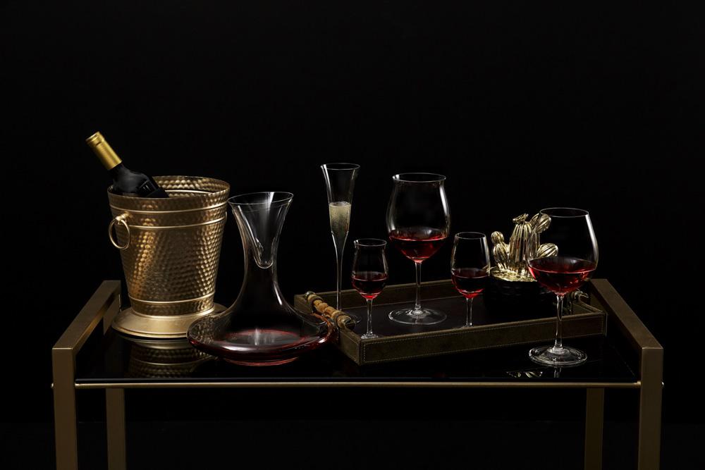 Texto: A linha Sommelier da Strauss traz peças para o universo dos vinhos prezando a excelência na degustação. Foto: Carpintaria Estúdio.