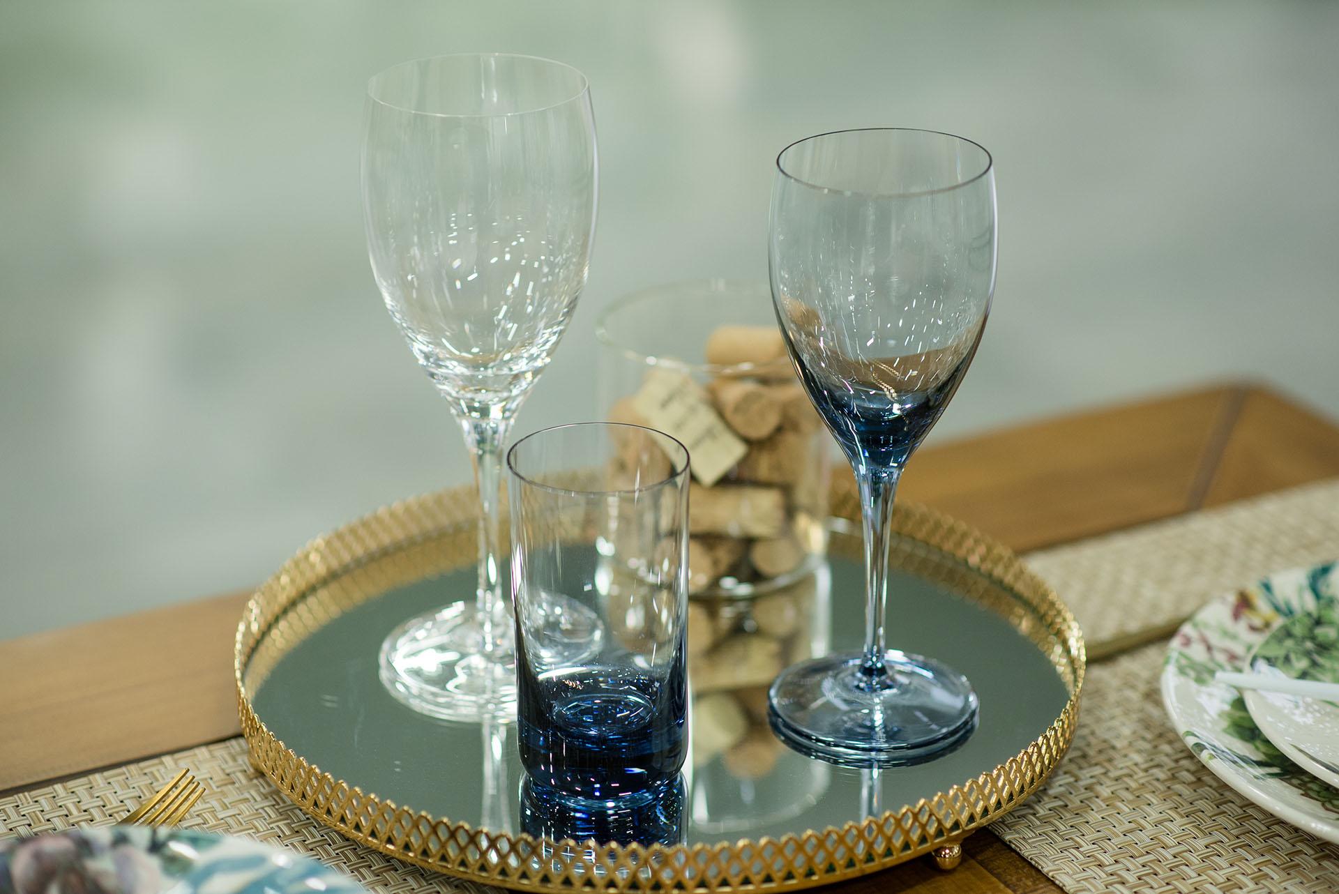 Texto: As opções de taças e copos coloridos complementam a mesa posta. Foto: Karla Rudnick.
