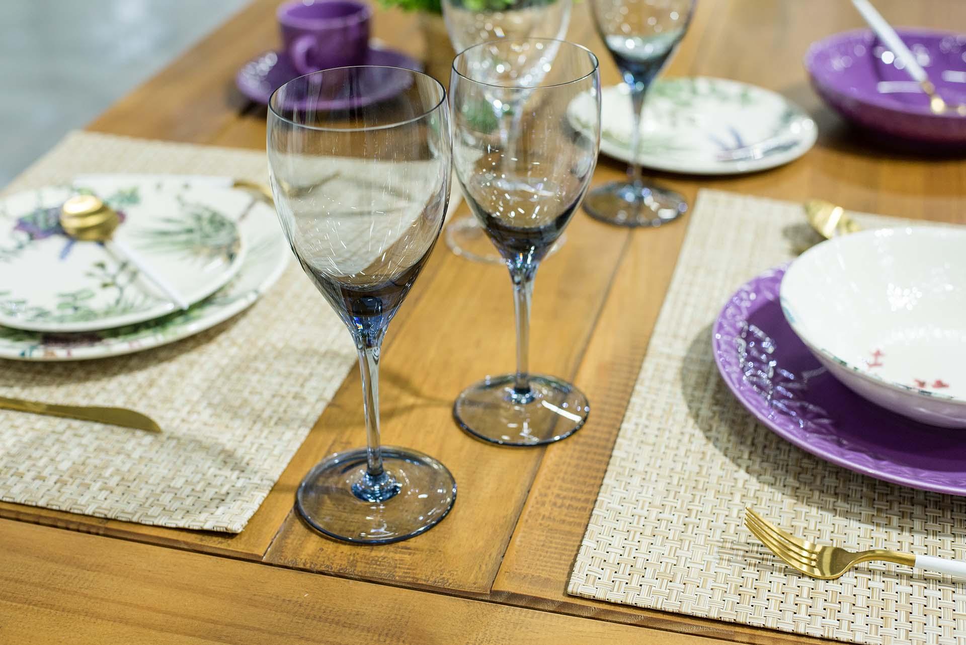 Texto: As taças coloridas são aposta para uma mesa alegre! Na foto, elas fazem uma linda combinação com as louças e talheres da Oxford. Foto: Karla Rudnick.