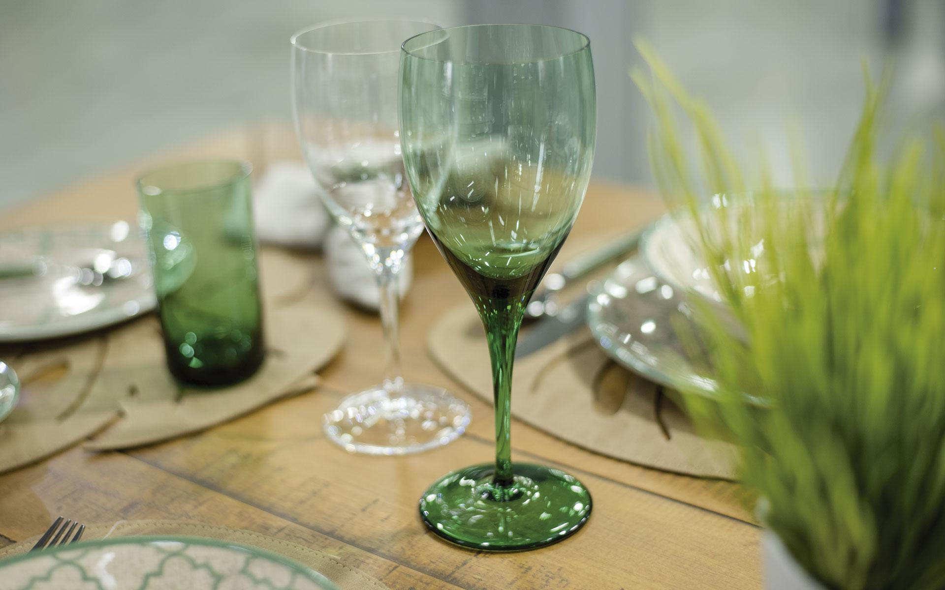 Texto: As taças coloridas conferem ousadia à mesa! Foto: Karla Rudnick.