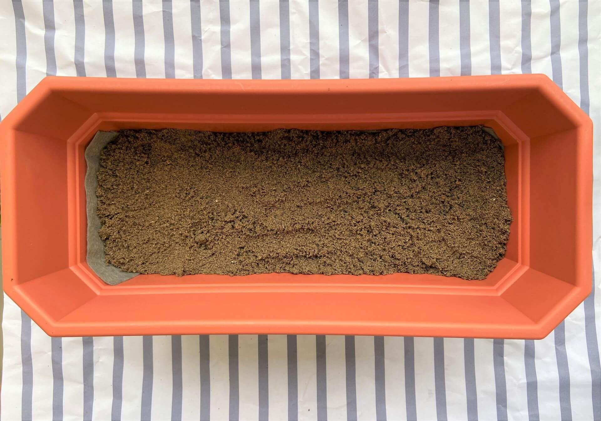 Depois da manta, faça uma camada de 1 a dois dedos de areia grossa, tambem conhecida como areião ou areia de rio. É um pouco mais difícil de achar essa areia em floras, mas em materiais de construção é bem comum ter a pronta entrega. Foto: Arquiteca Projetos.