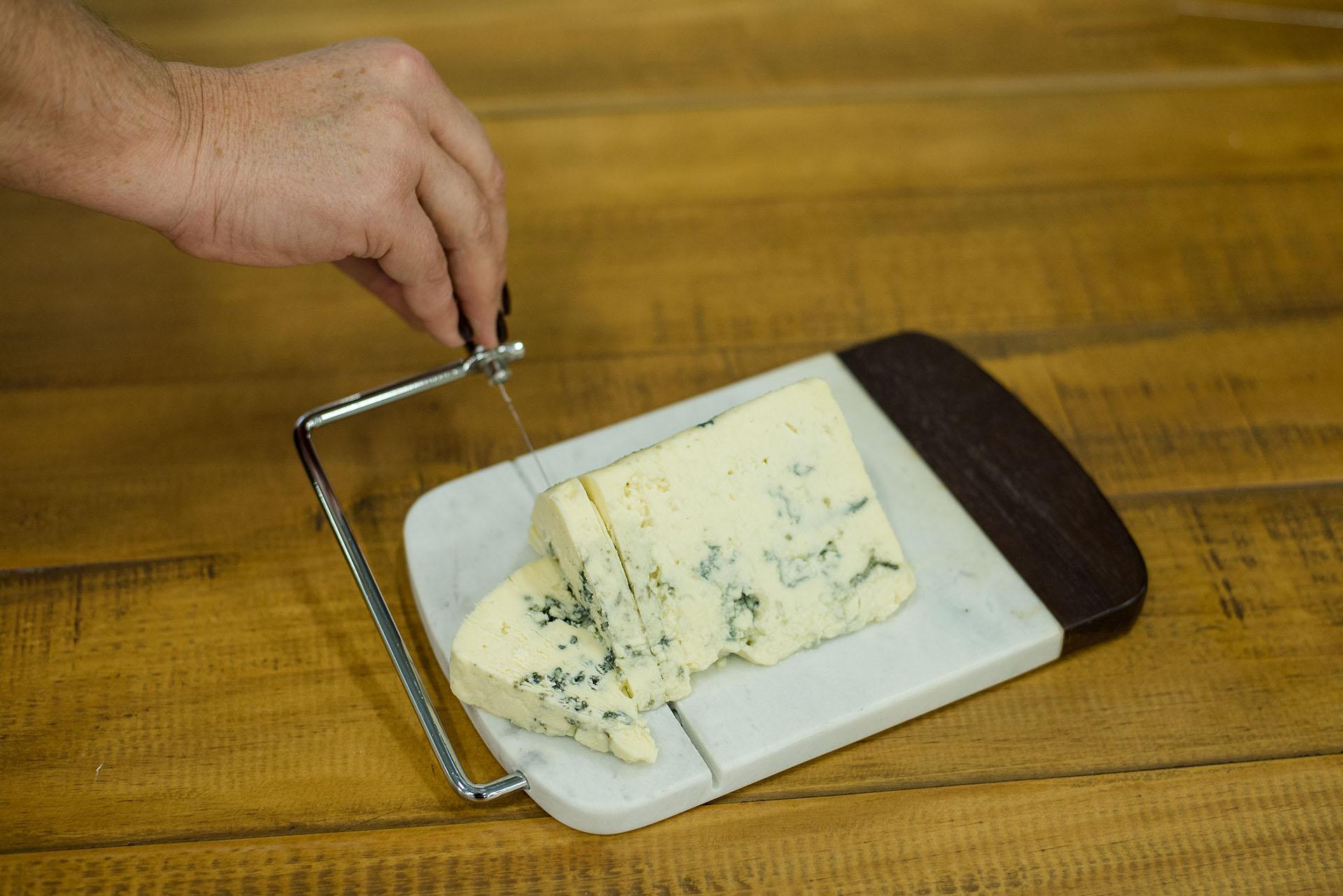 Texto: Abaixe a haste e obtenha um corte de queijo mais preciso! Foto: Karla Rudnick.