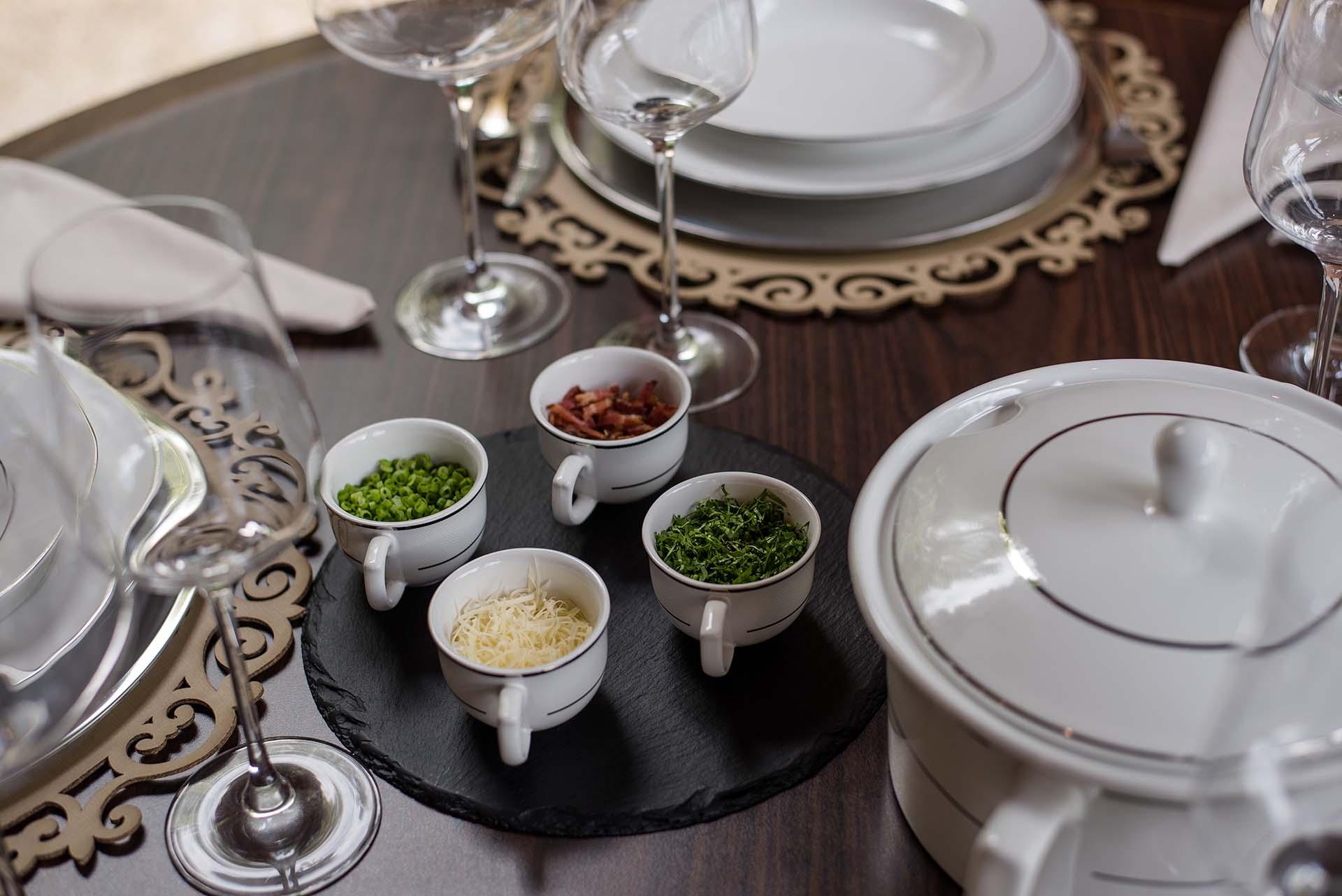 Texto: As xícaras de cafezinho da linha Flamingo, coleção Diamond, trouxeram estilo à mesa ao servirem os complementos para a sopa. Foto: Karla Rudnick.