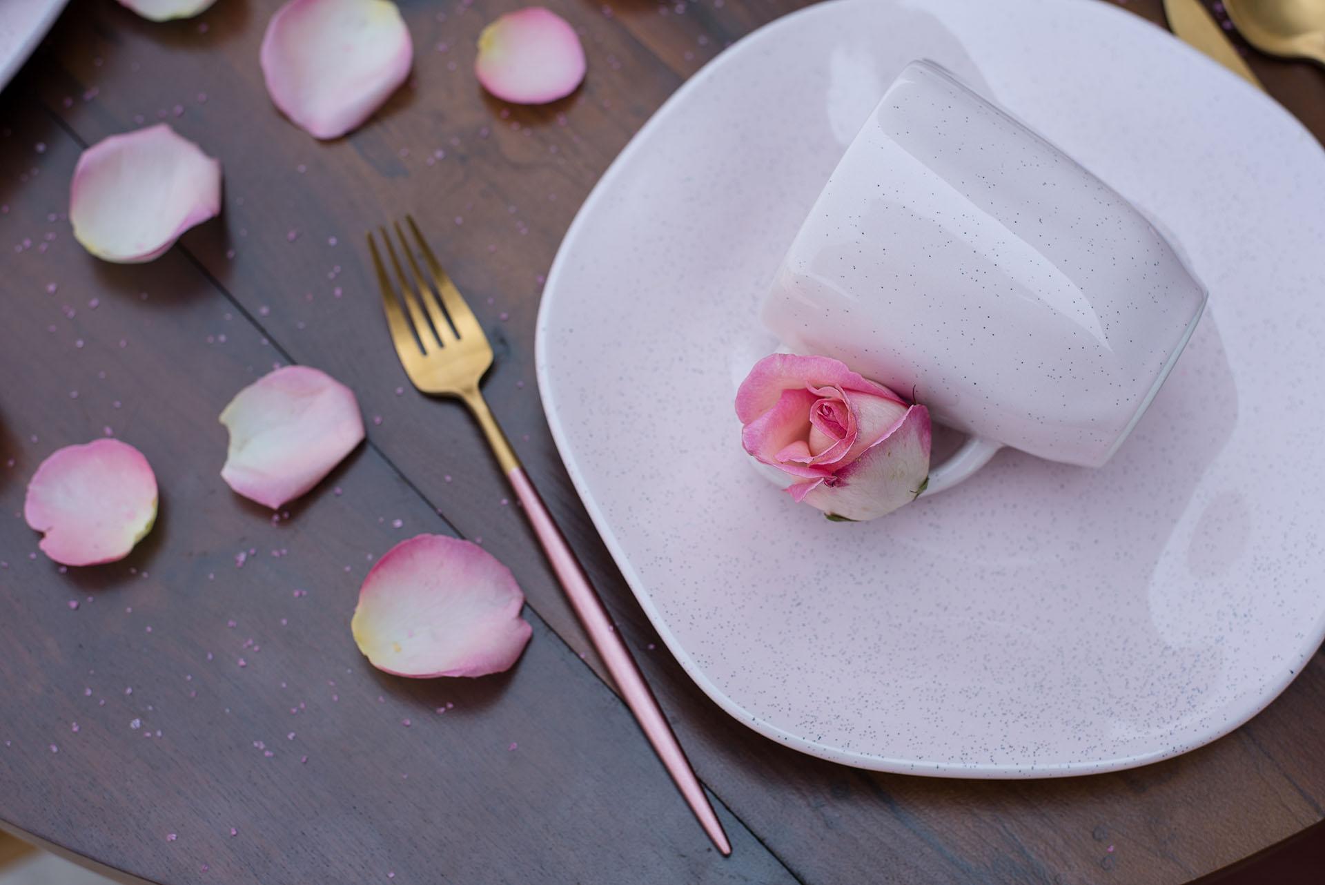 Texto: A técnica da granilha, que são pigmentos de tinta aplicados de forma manual, trazem ainda mais exclusividade às peças. Na foto, o prato de sobremesa e caneca da coleção Ryo Pink Sand. Foto: Karla Rudnick.