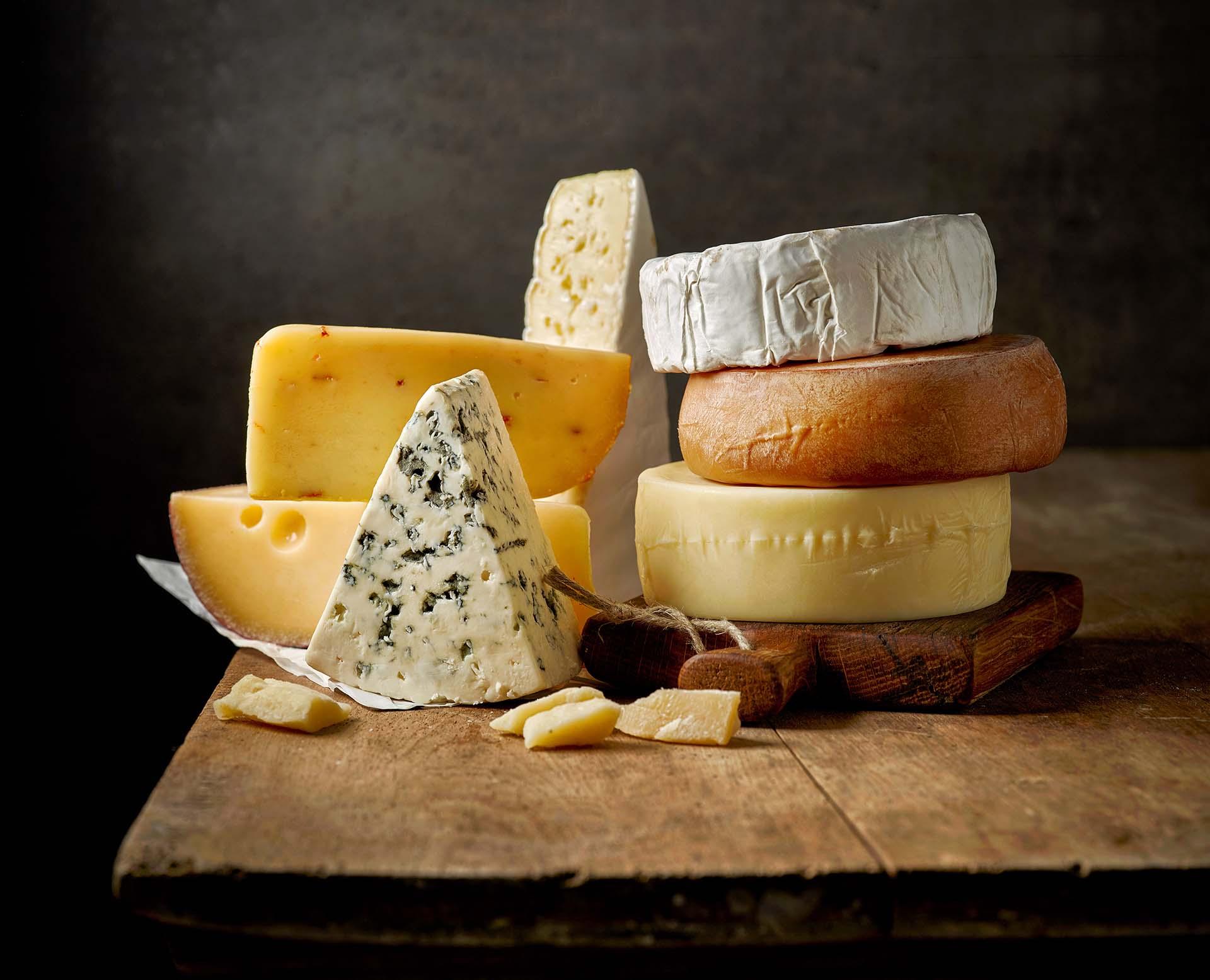 Texto: Os queijos são perfeitos para acompanhar um bom vinho. Foto: MaraZe/Shutterstock.