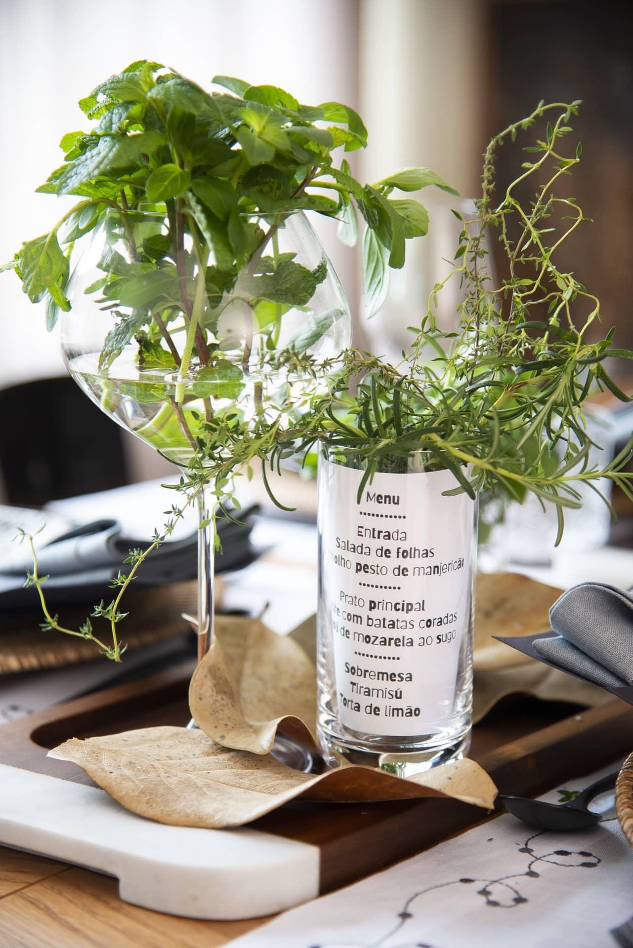 Imprima o menu do almoço do Dia dos Pais e coloque no copo alto de long drink. Dentro dele, vai um copo menor com ramos de ervas e água. Para arrematar o arranjo, espalhe folhas secas sobre a bandeja. Foto: Cacá Bratke
