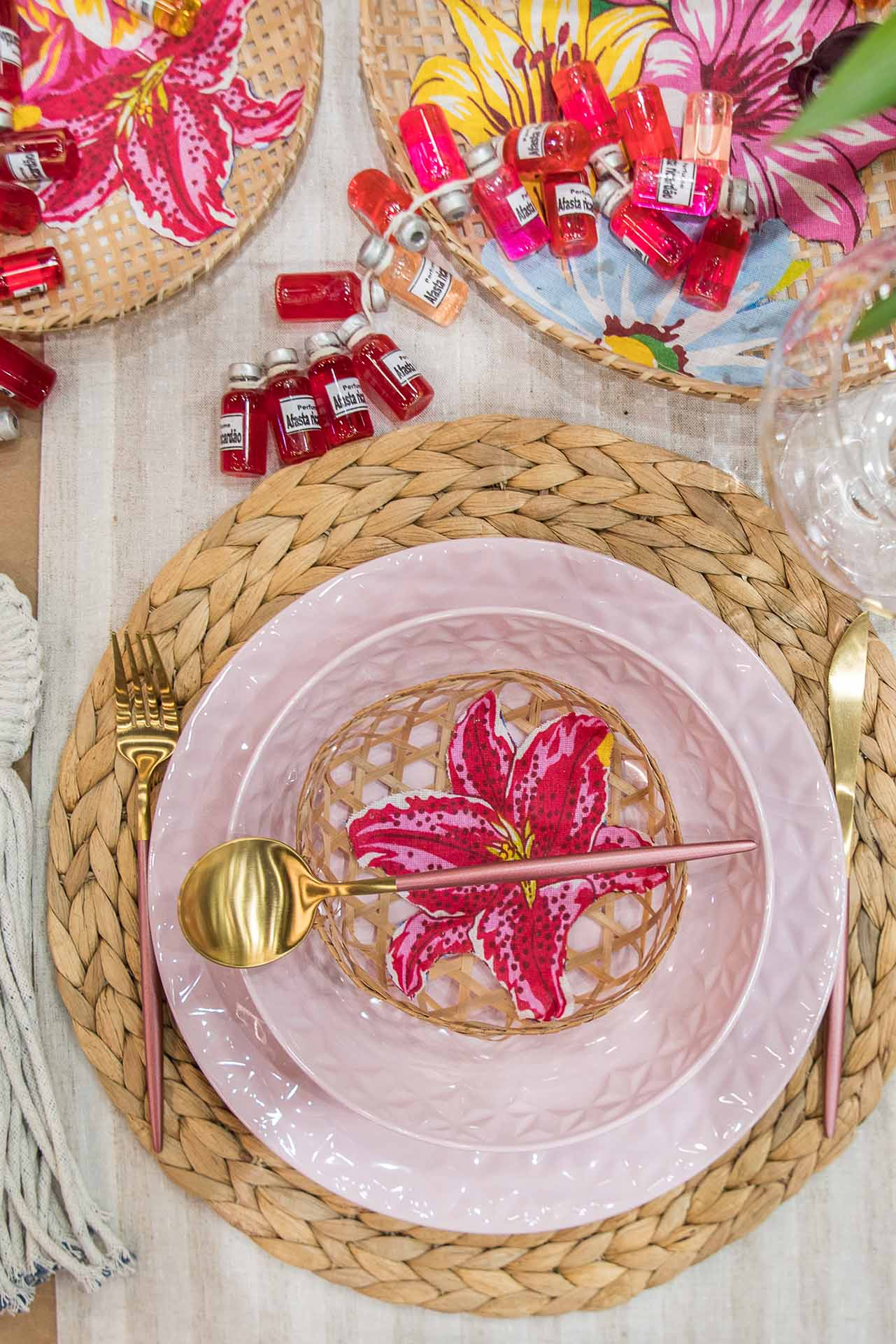 Texto: Os pratos da coleção Mia Quartzo e os talheres Madame da Oxford complementam a originalidade dessa mesa posta. Foto: Henrique Peron.